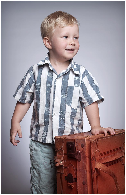 Kinder & Familienfotografie - Kleiner Junge mit dem alten Koffer