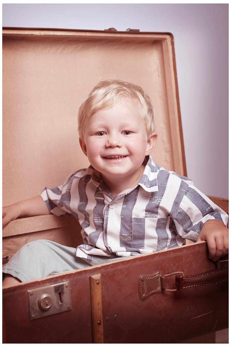 Kinder & Familienfotografie - Kleiner Junge in einem alten Koffer