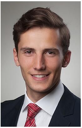 Bewerbungsfotos München Mann Banker Portrait im Fotostudio mit der Krawatte, farbig