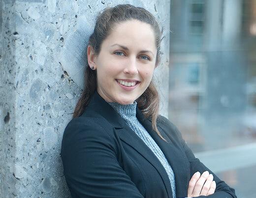 Bewerbungsfotos in Muenchen junge Frau draussen fotografiert, Haare zu, bewerbung als Büroassistenz