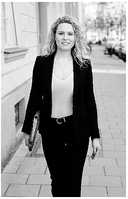 Bewerbungsfotos München Sakko Junge Frau Immobilienmaklerin blond auf der Strasse