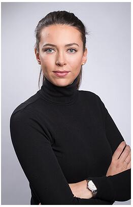 Bewerbungsfotos München Rollkragen Junge Frau Arme Verschränkt Haare Gebunden sehr seriös