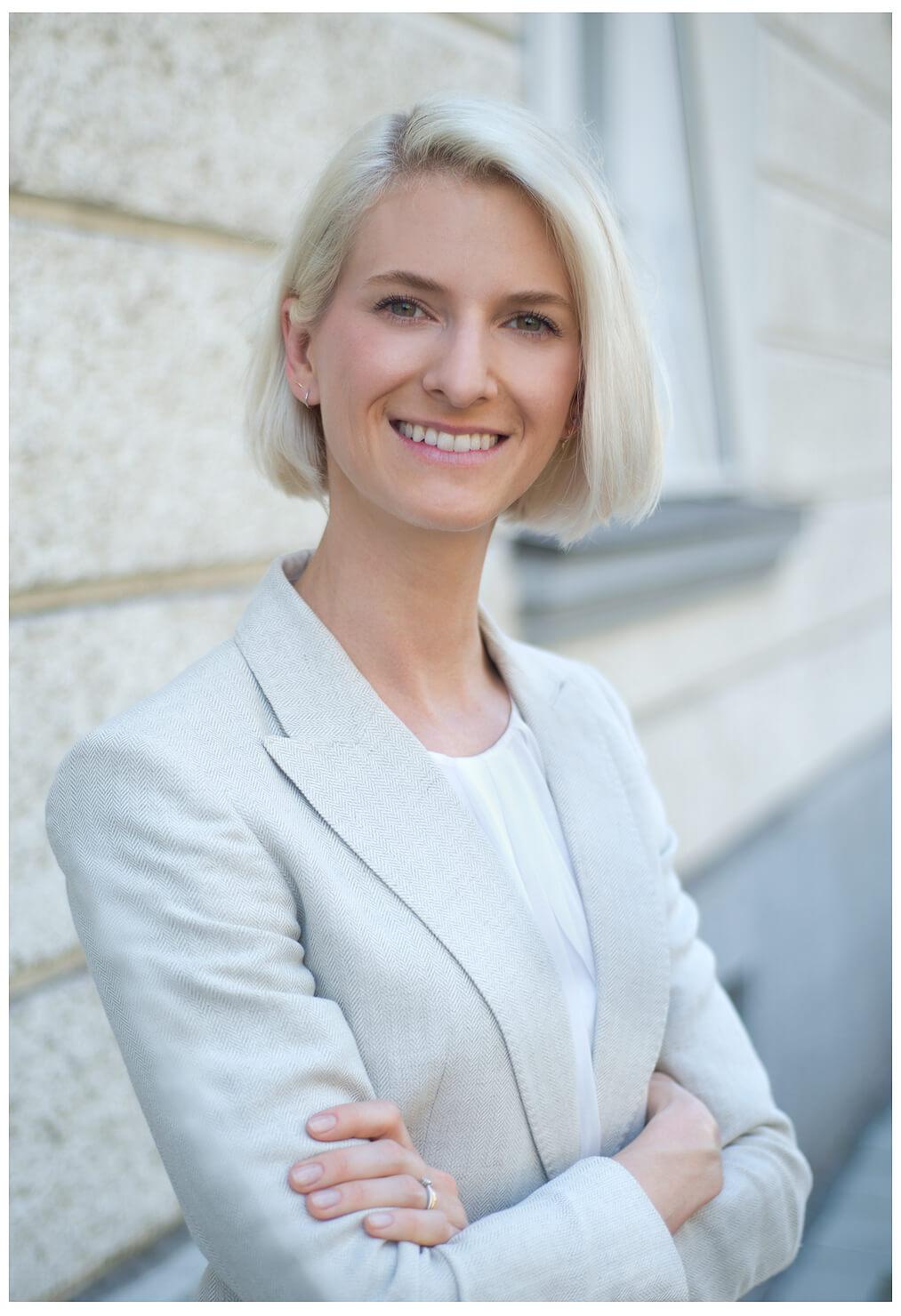 Bewerbungsfotos München blonde junge Frau im Hintergrund verschwommen