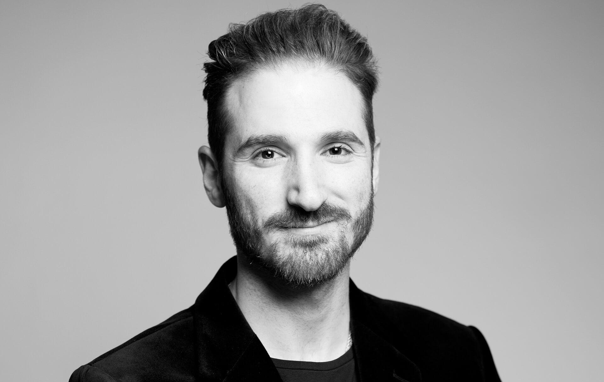 Bewerbungsfotos München Mann Portrait schwarz-weiss im Studio Headshot