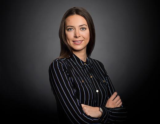 Bewerbungsfoto Frau Haare Offen mit dunklen Hintergrund