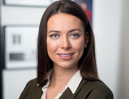 Bewerbungsfoto Frau Haare Offen mit hellem Hintergrund Portrait professionell