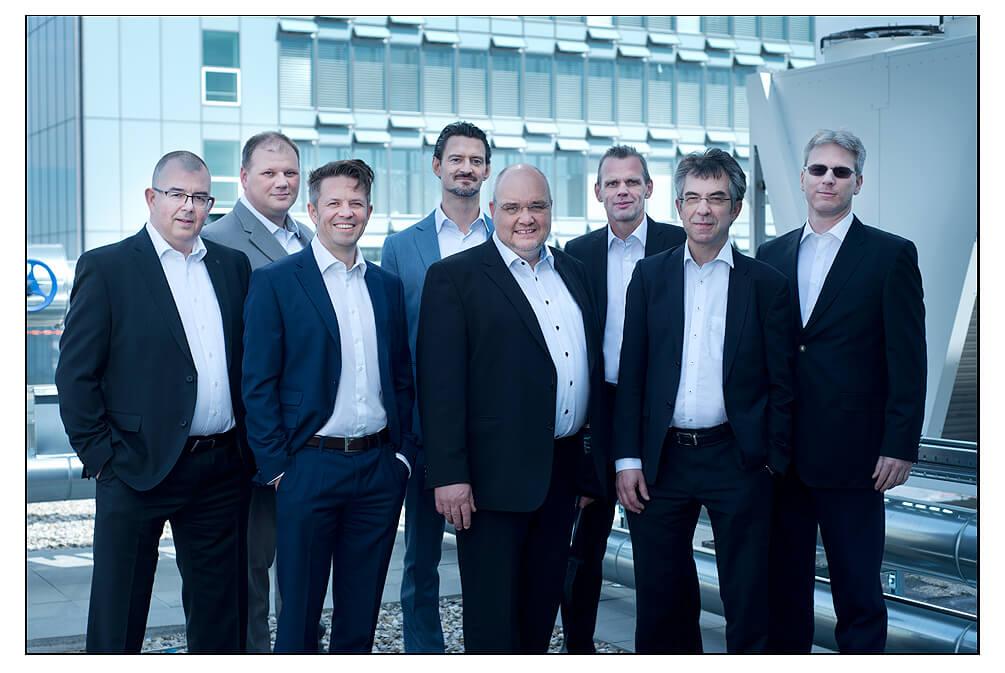 Gruppenfoto Geschäftsführung Businessfoto München auf dem Dach im Front von Fraunhofer Institut