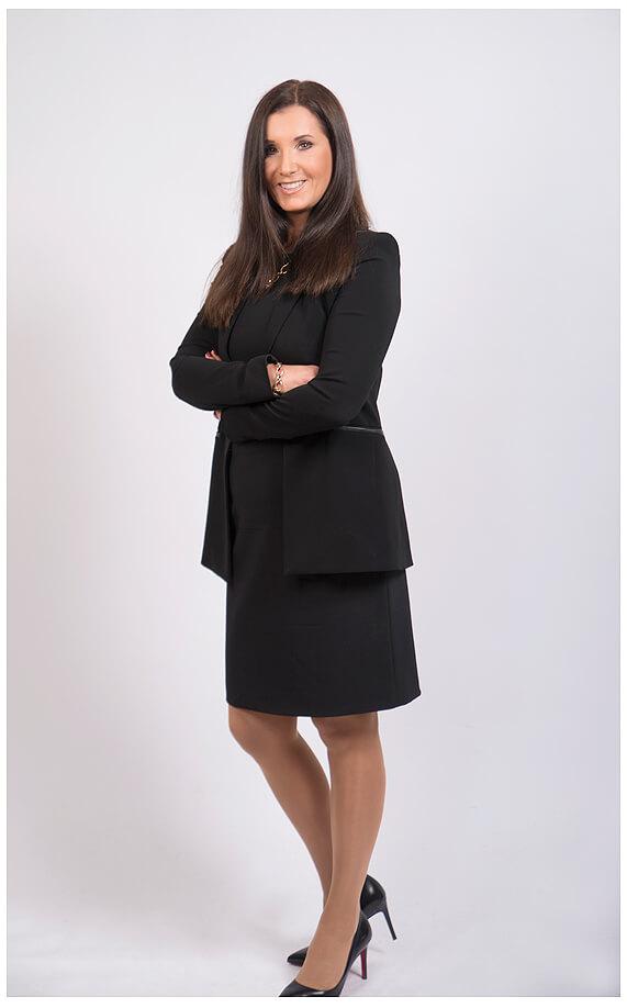 Businessportrait Businessfrau Fotoshooting im Businessoutfits Ganzkörper, Hände verschränkt