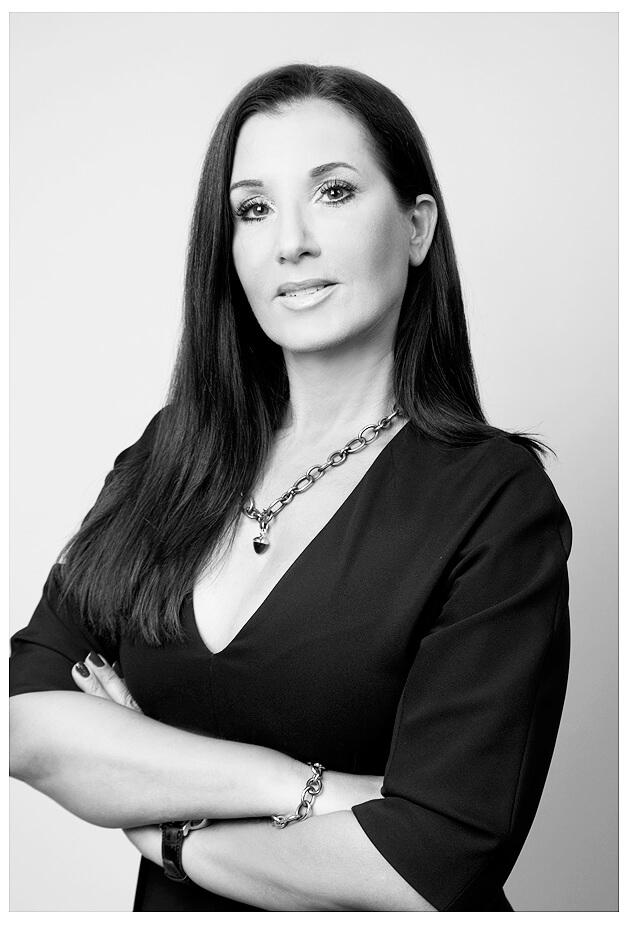 Businessportrait Businessfrau Fotoshooting im Businessoutfits Hände verschränkt, schwarz-weiss