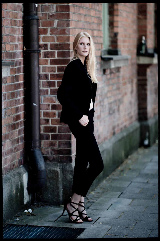 Businessfotografie Businessportrait Junge Frau Sexy an der Wand