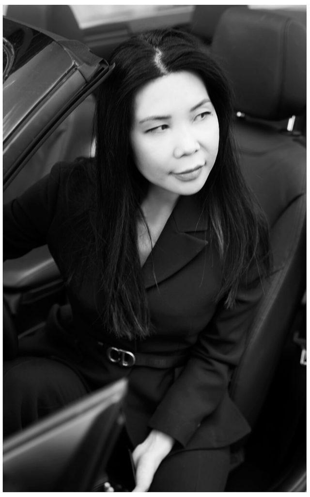 Businessportrait Businessfrau Schwarz-weiss, sitztend im Auto