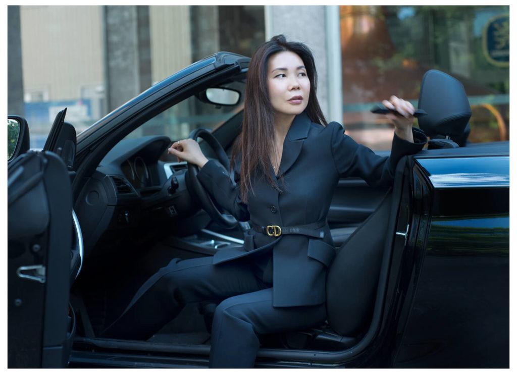 Businessportrait Businessfrau, farbig, im Auto sitztend