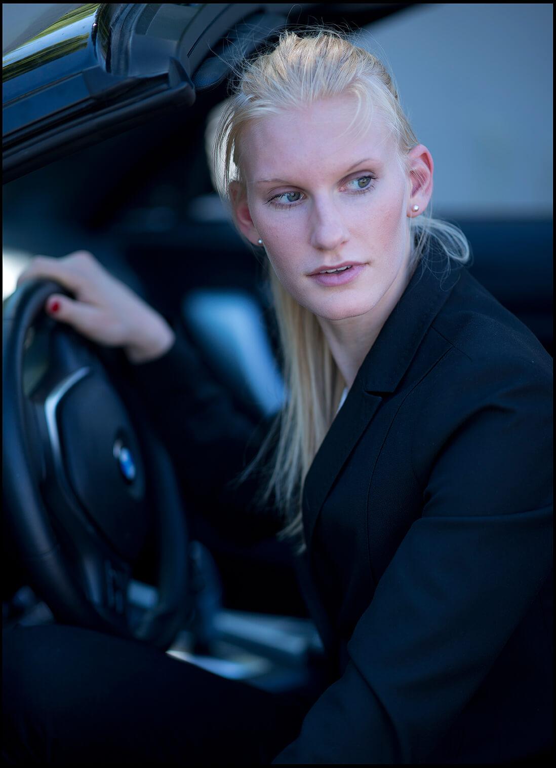 Businessfotografie Businessportrait Junge Frau Sexy sitzend im Auto