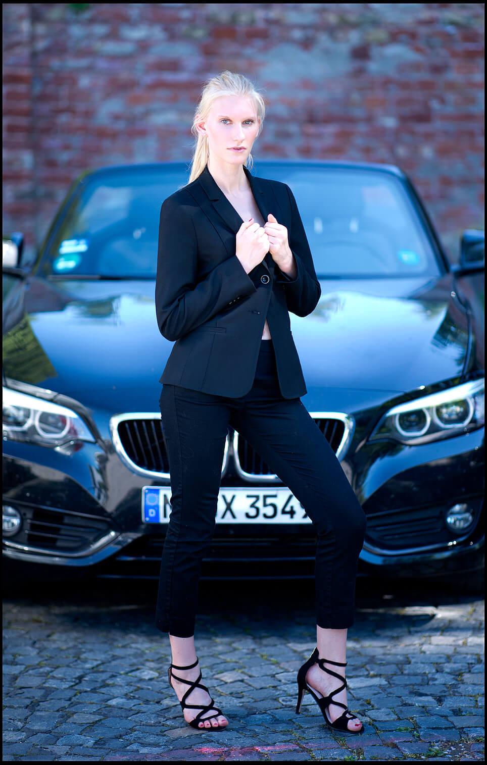Businessfotografie Businessportrait Junge Frau Sexy im BMW Vordergund
