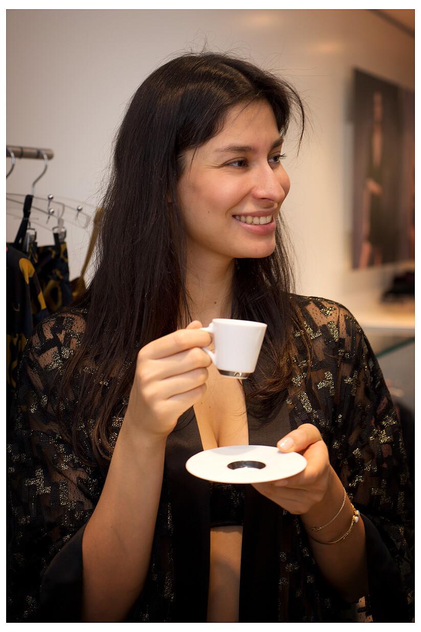 Eventfotografie München Unterwäsche Boutique Low Light Aufnahmen Model trinkt Kaffee Espresso