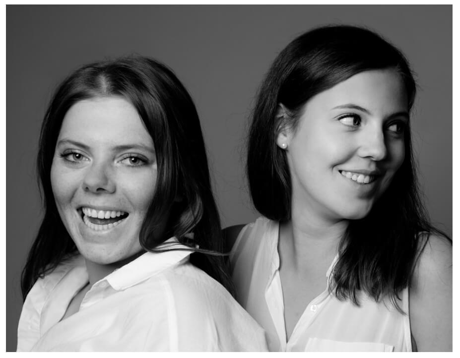 Familienportrait, zwei schwestern im Fotostudio, weiss gekleidet