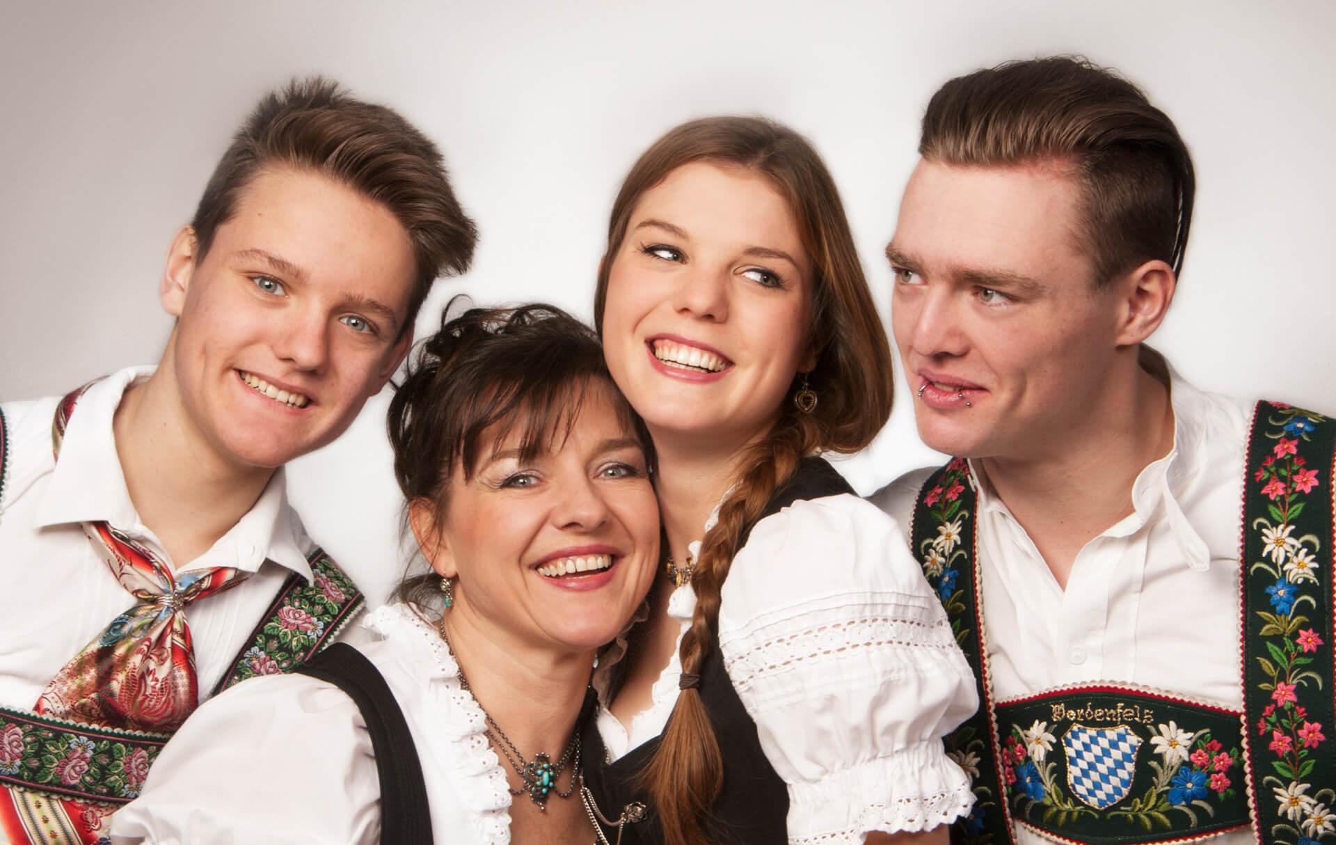 familienfotografie_fotostudio Dirndl Familie in Tracht