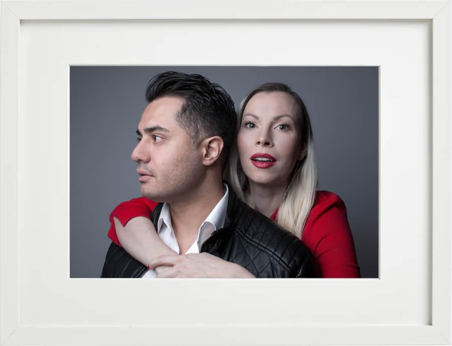 Familienfoto Mann und Frau, Fotostudio Familien-Shooting, farbig, frontales Portrait