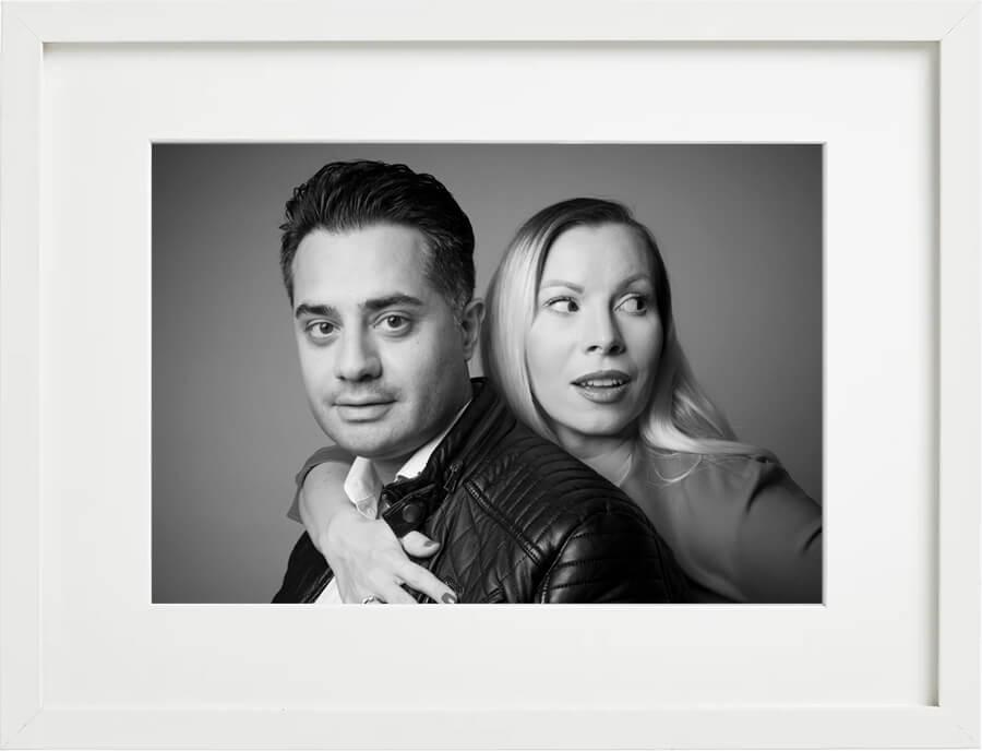 Familienfoto Mann und Frau, Fotostudio Familien-Shooting, schwarz-weiss, frontales Portrait