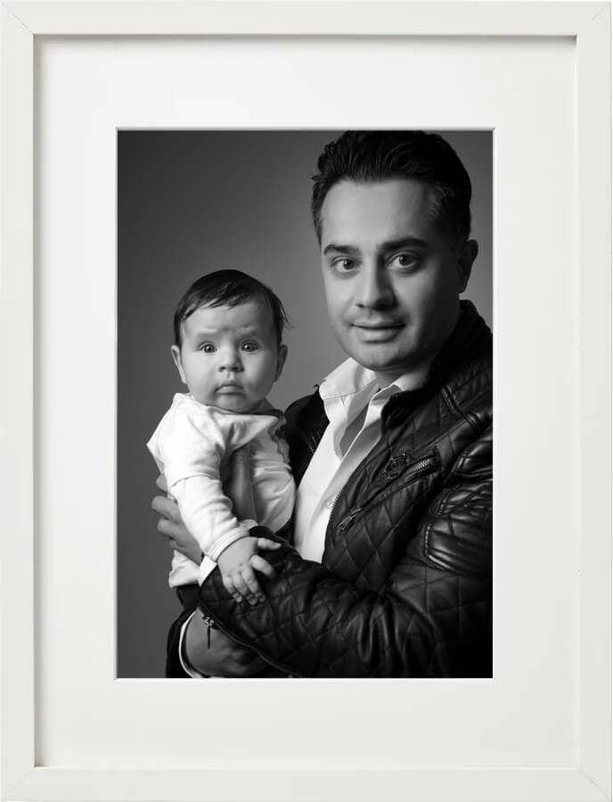 Familienfoto Papa mit dem Sohn, Fotostudio Familien-Shooting, schwarz-weiss