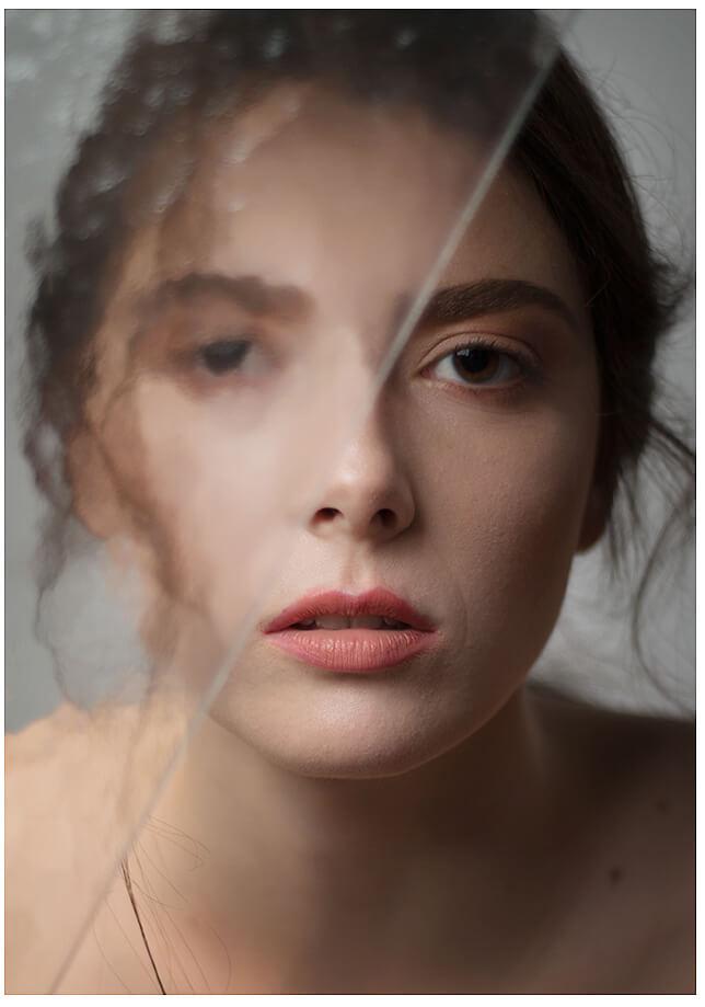 Fotoshooting München Portrait beauty mit der Glasscheibe