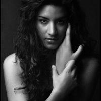 Fotografisches Portrait schwarz-weiss, Frau mit den Händen