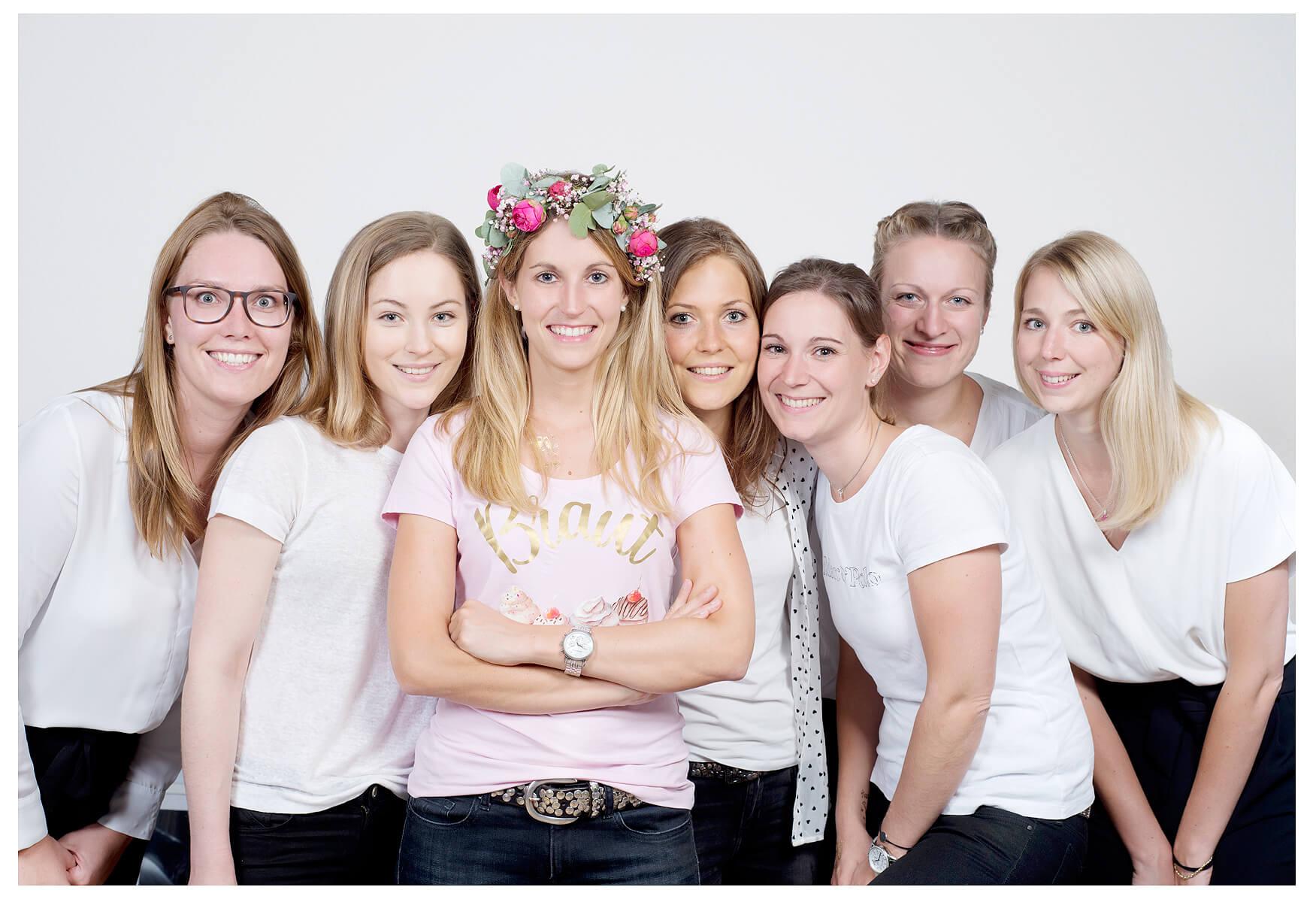 JGA Fotoshooting gruppenfoto, Braut mit einem Blumenkranz
