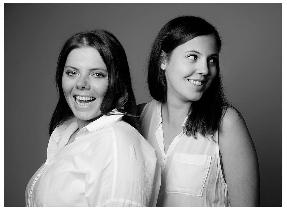 Familienfoto Familienportrait München zwei Schwester schwarz-weiss im Studio
