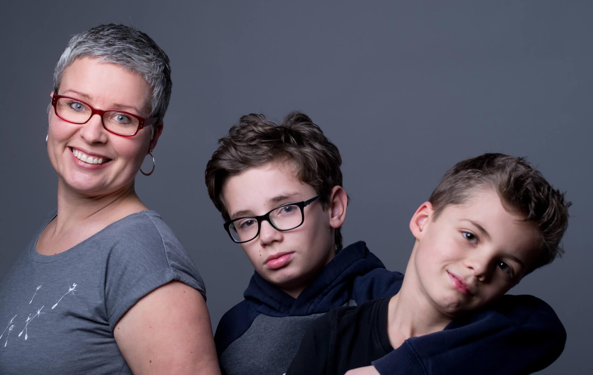 familienfotografie fotostudio Familie 2 Kinder mit Mama farbig
