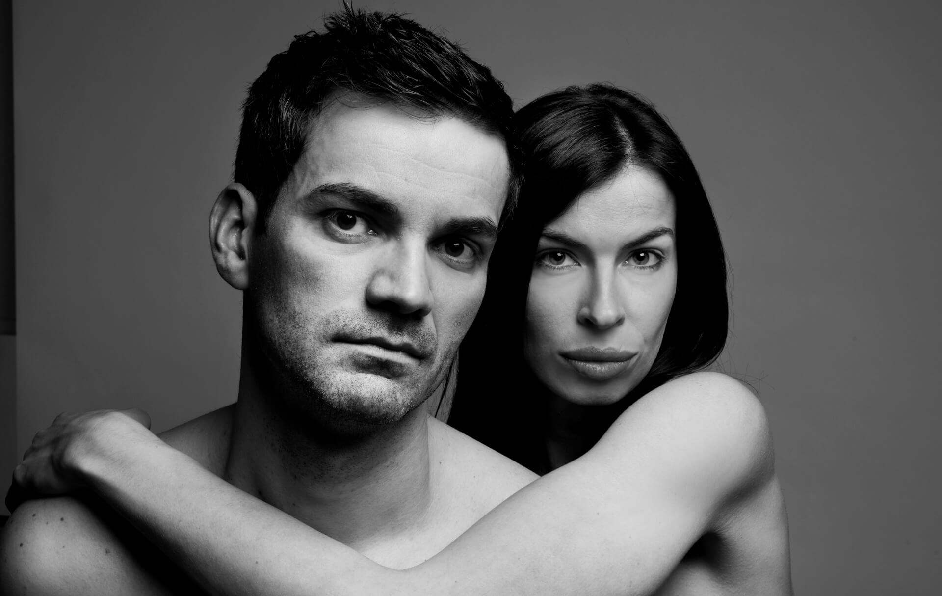Paarshooting Paar schwarz-weiss, Mann und Frau im Fotostudio, oben ohne, schwarz-weiss