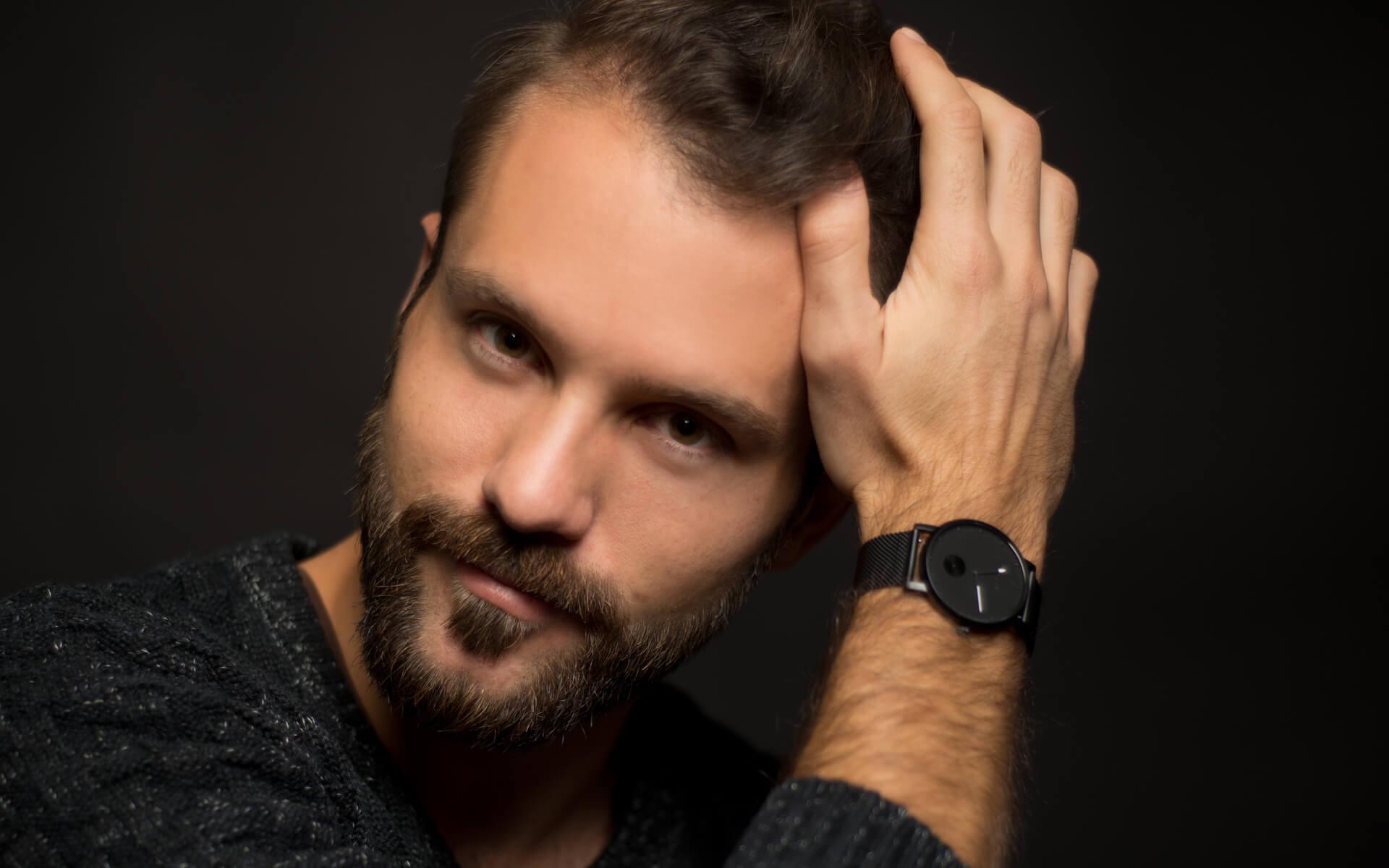 Foto für Social Media Dating Mann mit der Armbanduhr