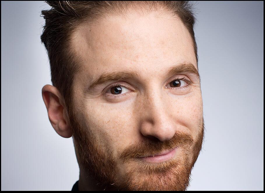 Portraitfotografie Junger Mann im dunklen Umgebung, close up